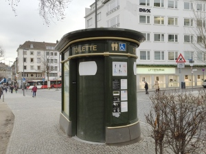 WC-Häuschen in der Nähe vom Eisenbrunnen. Auch das gehört der Firma Decaux.