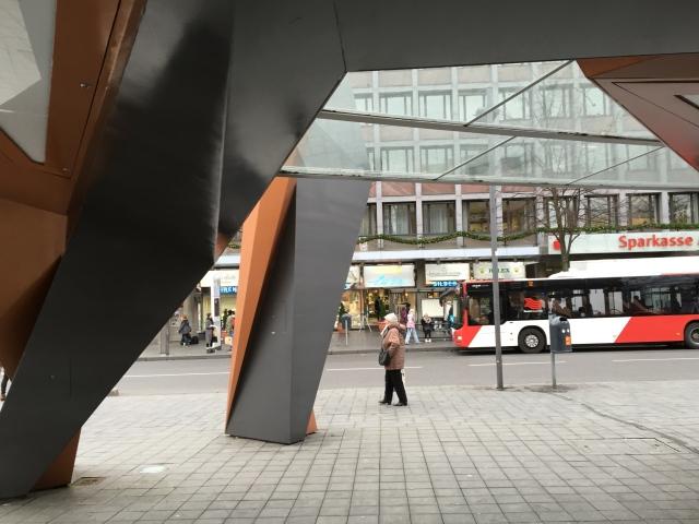 """Der Busunterstand am Eisenbrunnen von Stararchitekt Peter Eisenbahn gehört der Firma Decaux. Diese Firma baute zur Zeit in Aachen ihr """"Stadtmobiliar"""" ab. Was wird nun aus der """"Fritezang""""am Elisenbrunnen?"""