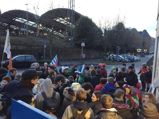 """""""Nicht jeder Clown gehört zum Karneval"""" meinten rund 100 Anti-Söder-Demonstranten."""