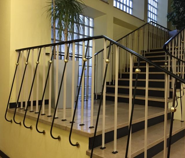 Treppenhaus mit Glasbausteinen und passendem Geländer in einem Gebäude der Stadtverwaltung in Aachen. 50er-Jahre in Vollendung erhalten