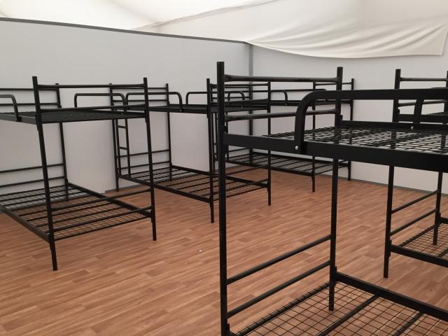 Hochbetten in den Schlafräumen. Viel Platz ist das nicht für die Menschen. Doch  es ist geplant, dass sie am Aachener Westbahnhof nur sechs bis Aachen Wochen bleiben.