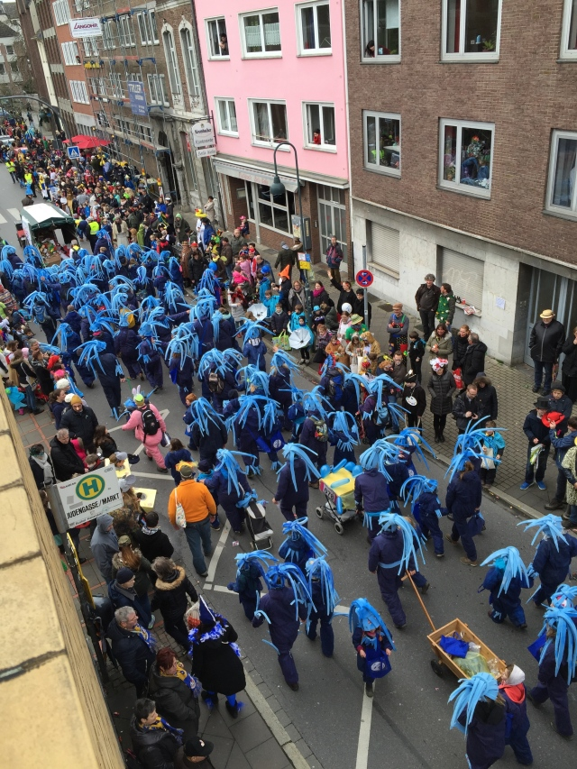 Große Gruppen gab es, und viel Farbe auf der Straße.