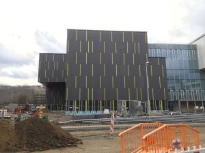 Von allen Seiten aus sehenswert: der mächtige Neubau. Bin gespannt, wie es sein wird, sich innen aufzuhalten.