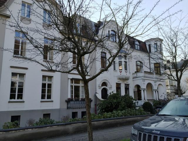 Weiße Gebäude in der Nizzaallee.