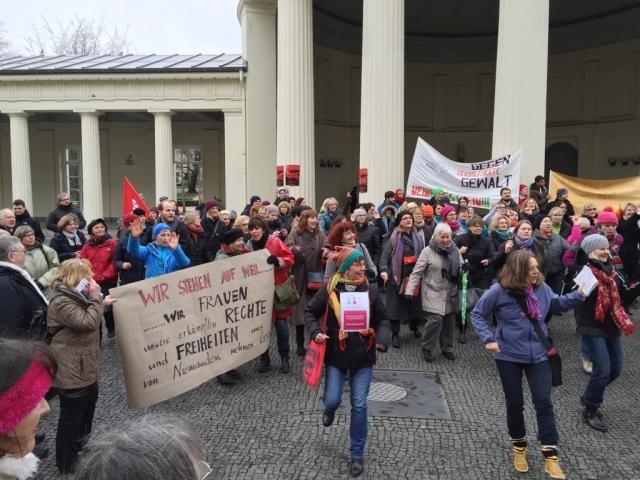 Eine gute Kombi: tanzen und demonstrieren. In Aachen ging es darum, dass Frauen sich gegen Rassismus und Sexismus zur Wehr setzen.