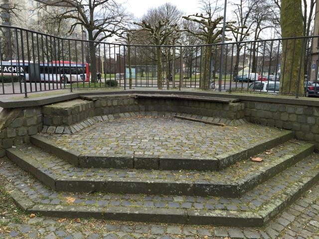 Wenig einladend. Der Platz erinnert etwas an den ebenfalls misslungenen Heuschplatz (Annastraße) Auch auf dem Heuschplatz halten sich Menschen gar nicht gerne auf.