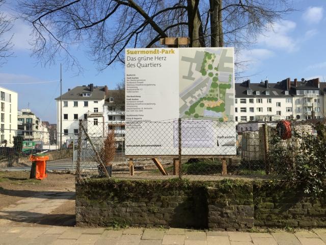 Blick auf das Gelände von der Straße aus. Die Stadtverwaltung informiert über das Projekt: den Suermondt-Park, der dort gerade angelegt wird.