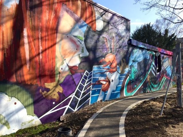 Ein Stück vom Park mit Spielplatz ist schon fast fertig. Es gibt eindrucksvolle Graffitis.