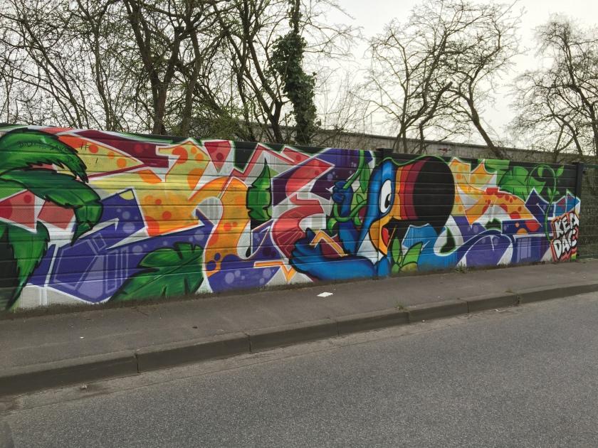 Schätzungsweise 800 Meter schönste Graffitis könnt ihr sehen, wenn ihr mal die Bleiberger Straße entlang geht.