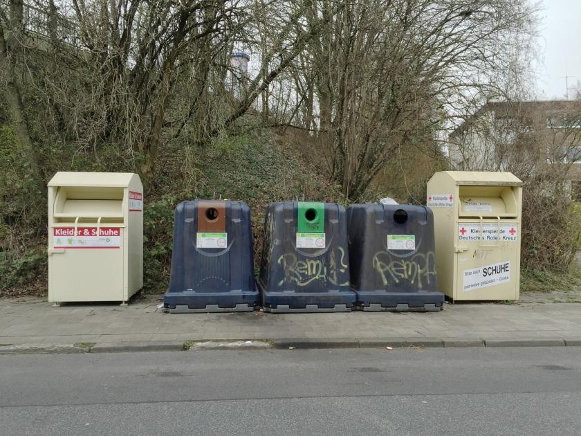 Container-Parade am Straßenrand.