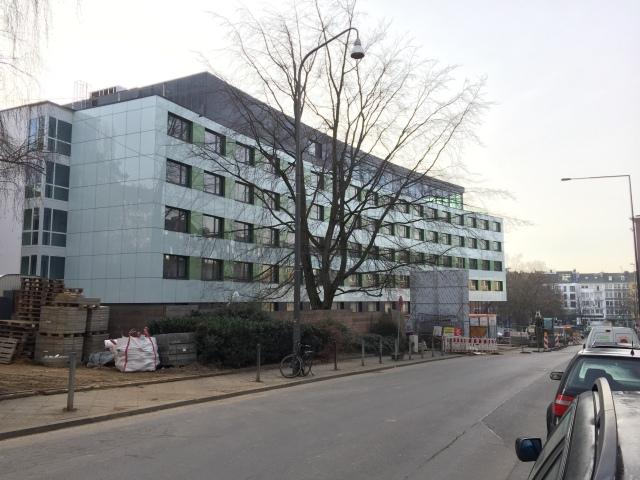 Das neue Hotel an der Sandkaulstraße ist fertig. Jetzt wird mit Bürgerbeteiligung über die Gestaltung des Sandkaulparks nachgedacht. Foto: Archiv