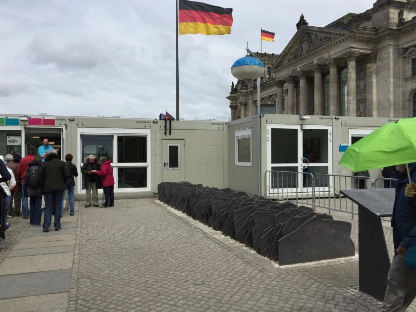 In diesen Containern vor dem Reichstagsgebäude befinden sich die Sicherheitsschleusen. Ich hätte nie gedacht, dass man den Platz und die Ansicht des Gebäudes mit derartigen grauen Boxen zustellen würde. Sogar ein Bodenkunstwerk hat die Errichten der Boxen nicht aufhalten können.