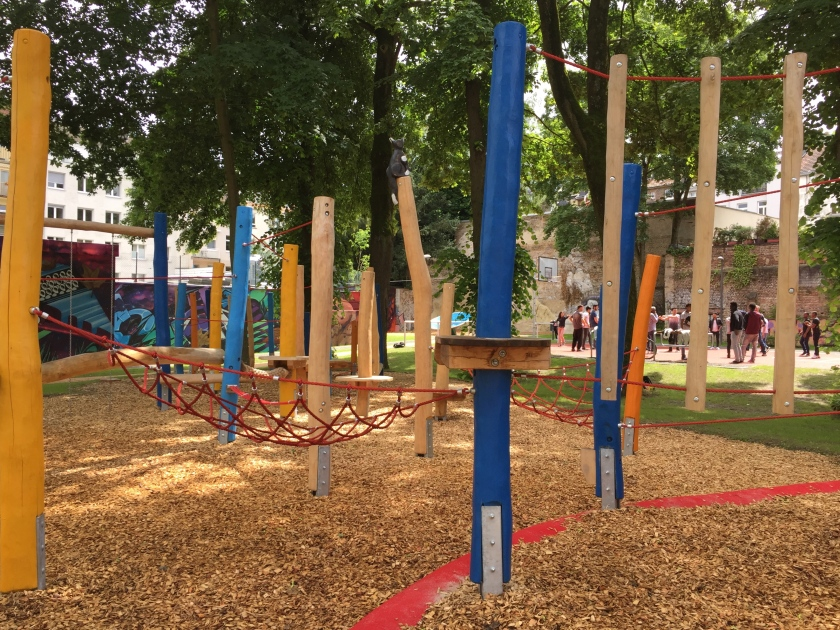 Kaum waren die neuen Spielgeräte aufgestellt und der Bolzplatz angelegt, da wurden sie auch schon massenhaft von Kindern genutzt. Das haben Anwohner beobachtet.