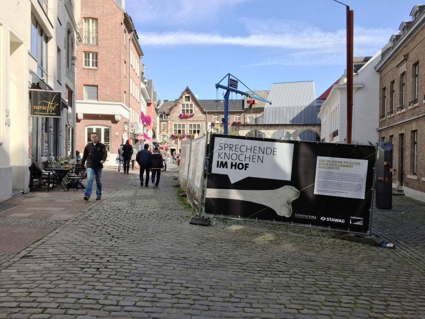 Schöner, kleiner Platz in Aachen: der Hof. Er ist nur leider seit Jahr und Tag wegen Bauarbeiten des Energieversorgers STAWAG eine Baustelle. Foto: Archiv