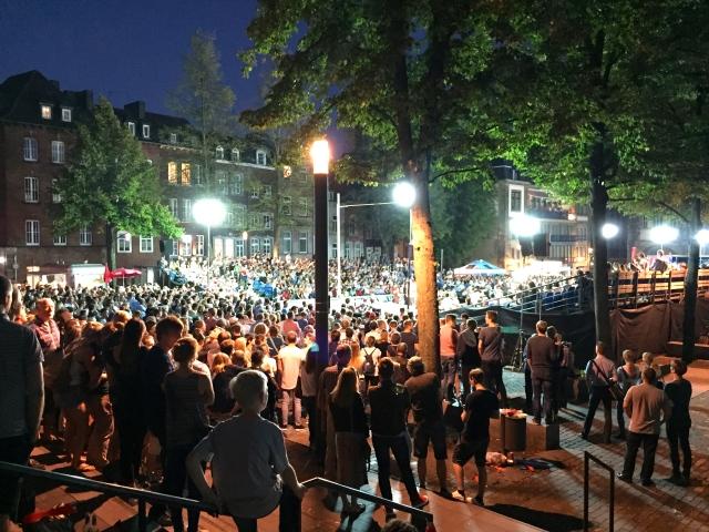 Immer im September: Auf dem Klatschhof in Aachen gibt es was zu sehen, mal Musiker, mal Sportler. Zwischen Dom und Rathaus ist ein prima Ort für Veranstaltungen. Schön, wenn eine Stadt so einen Platz hat, wo ein gemeinschafts-Erlebnis der friedlichen Art möglich ist.