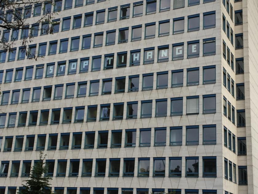 Der Protest gegen den Reaktor mit dem vielen Rissen ist wirklich allgegenwärtig in Aachen. Hier: Gebäude des StädteRegion Aachen in der Zollernstraße.