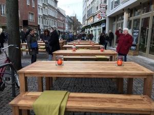 Es gibt Restaurants, die dürfen sich in den Bereich der Fußgänger ziemlich weit vorwagen. Zu sehen am Markt in Aachen.