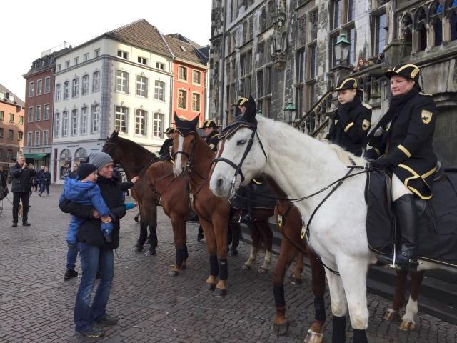 Heute, beim Karlsfest, ist die Aachener Pferdestaffel vor dem Rathaus im Einsatz. Die Pferde sind ruhig, wenn sich jemand nähert schauen sie interessiert und nehmen das als eine Abwechslung vom langweiligen Rumstehen. Im Rosenmontagszug von Aachen laufen etwa drei Dutzend Pferde mit, in Köln sollen es knapp 500 sein.