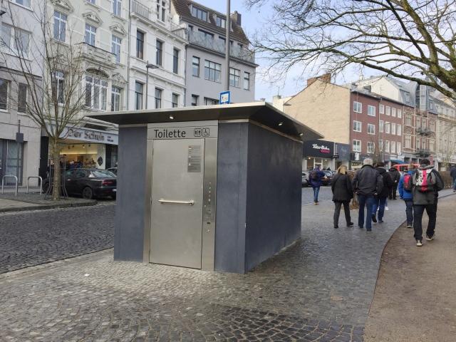 Klohäuschen in Aachen, neben dem Elisengarten.