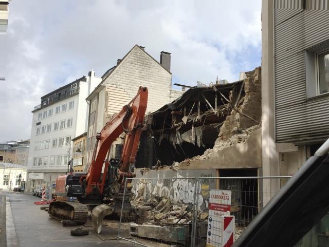 Die Elisabethstraße in Aachen. Ein Abrissbagger leistet ganze Arbeit.