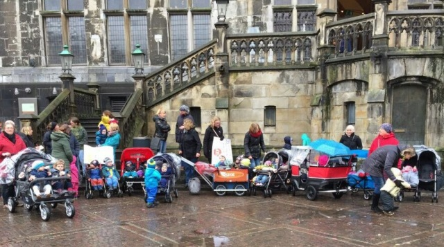 Protest der Tagesmütter und Mütter vor dem Rathaus. Foto: Tagesmutter