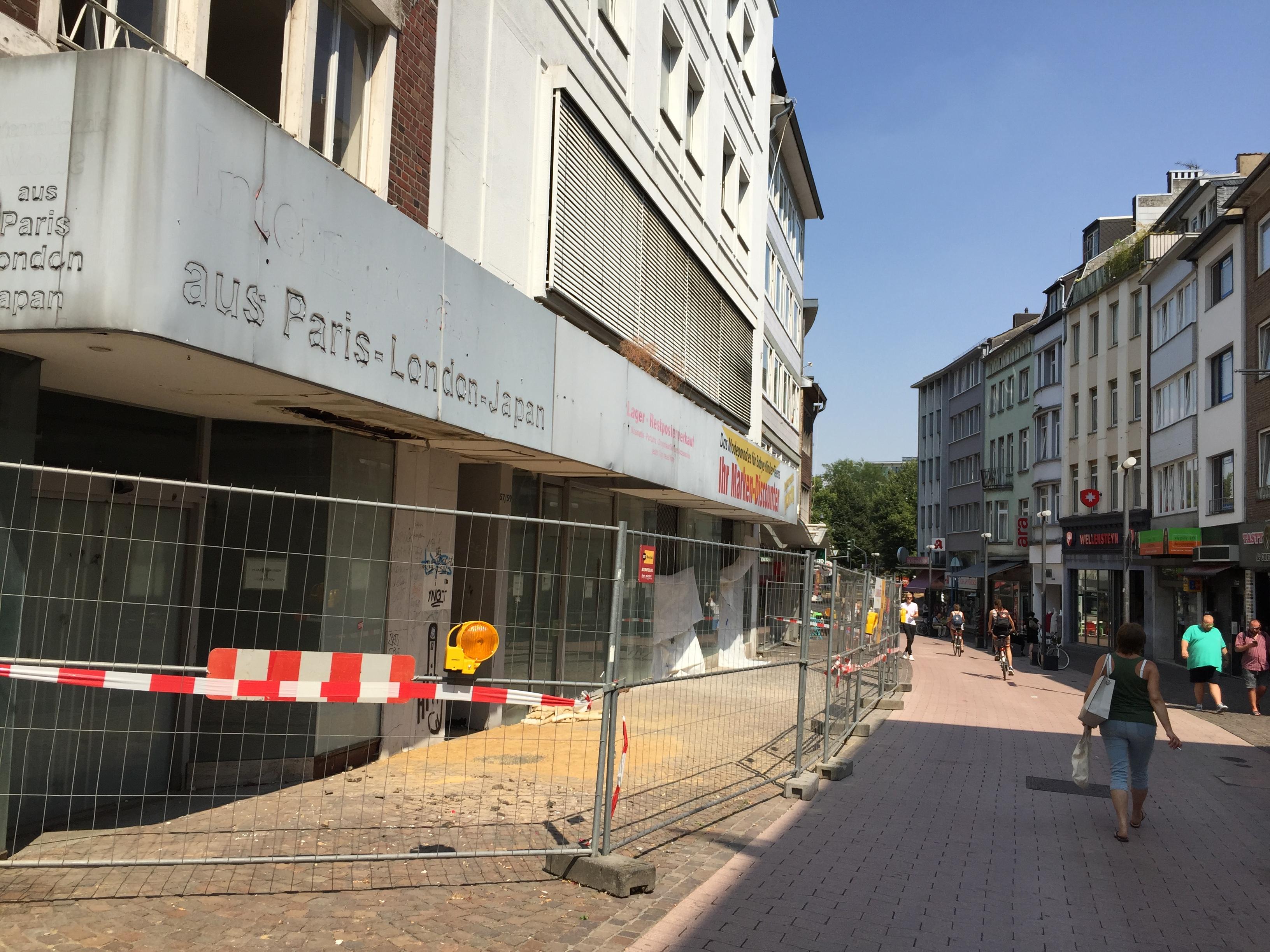 Schrottimmobilie fällt, Hotel wird gebaut